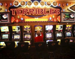 A customer plays penny slots at Terrible's at 4100 Paradise Road. (Las Vegas Review-Journal file photo)