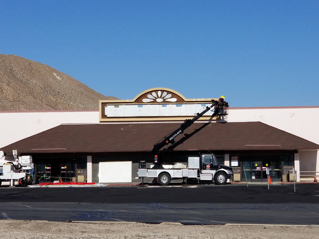 Nancy Whipperman/Pahrump Valley Times Crews remove the Scolari's Food & Drug Co. sign at the Tonopah location at Air Force Road and U.S. Highway 95. Scolari's transitioned to West Sacramento-based ...