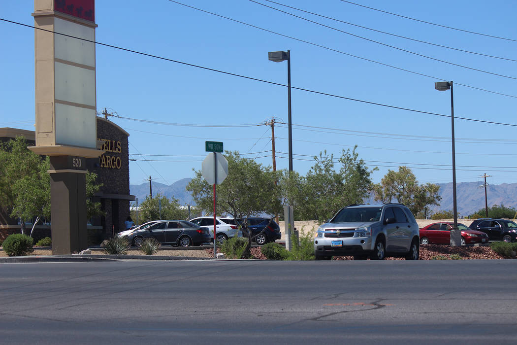 Jeffrey Meehan/Pahrump Valley Times Motorists sit in turn lane at Oxbow Avenue/Wilson Road. Th ...