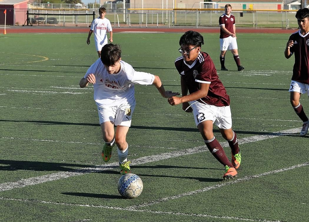 Horace Langford Jr./Pahrump Valley Times Pahrump Valley freshman Gonzalo Gonzalez battles a SLA ...