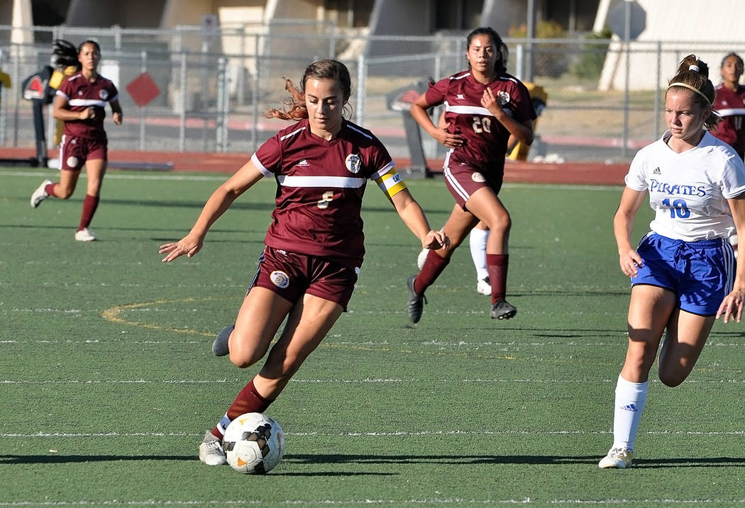 Horace Langford Jr./Pahrump Valley Times Pahrump Valley junior Kaylee Mendoza pushes the ball u ...