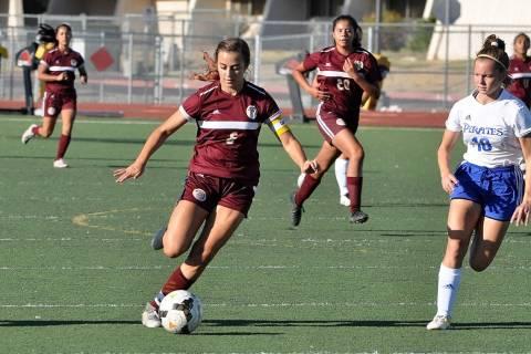 Horace Langford Jr./Pahrump Valley Times Pahrump Valley junior Kaylee Mendoza pushes the ball u ...