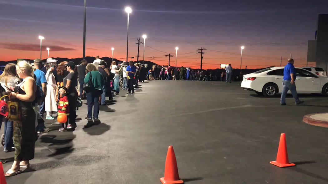 Jeffrey Meehan/Pahrump Valley Times Dozens of parents and adults wait in line at Pahrump Valley ...