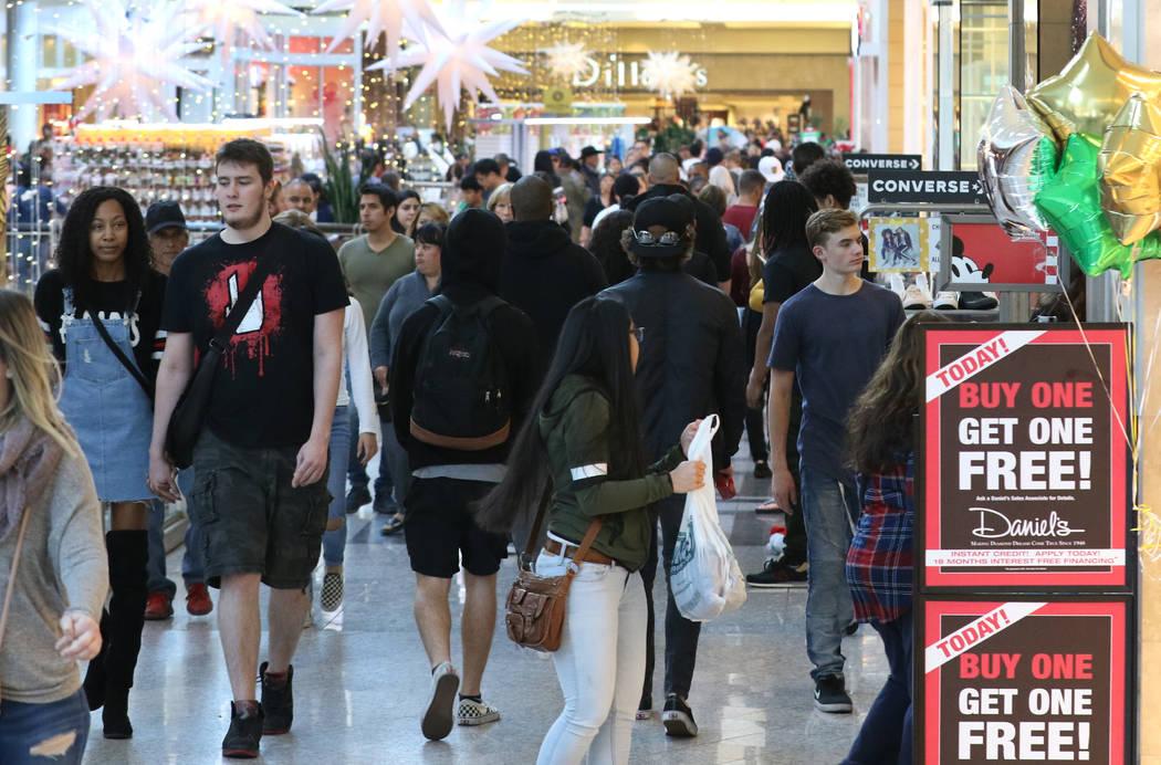 Bizuayehu Tesfaye/Las Vegas Review-Journal Black Friday sale shoppers arrive in Las Vegas on Fr ...