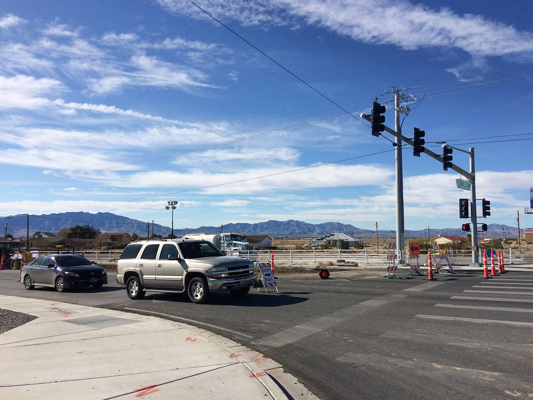 Robin Hebrock/Pahrump Valley Times Motorists are pictured waiting on Homestead Road for the lig ...