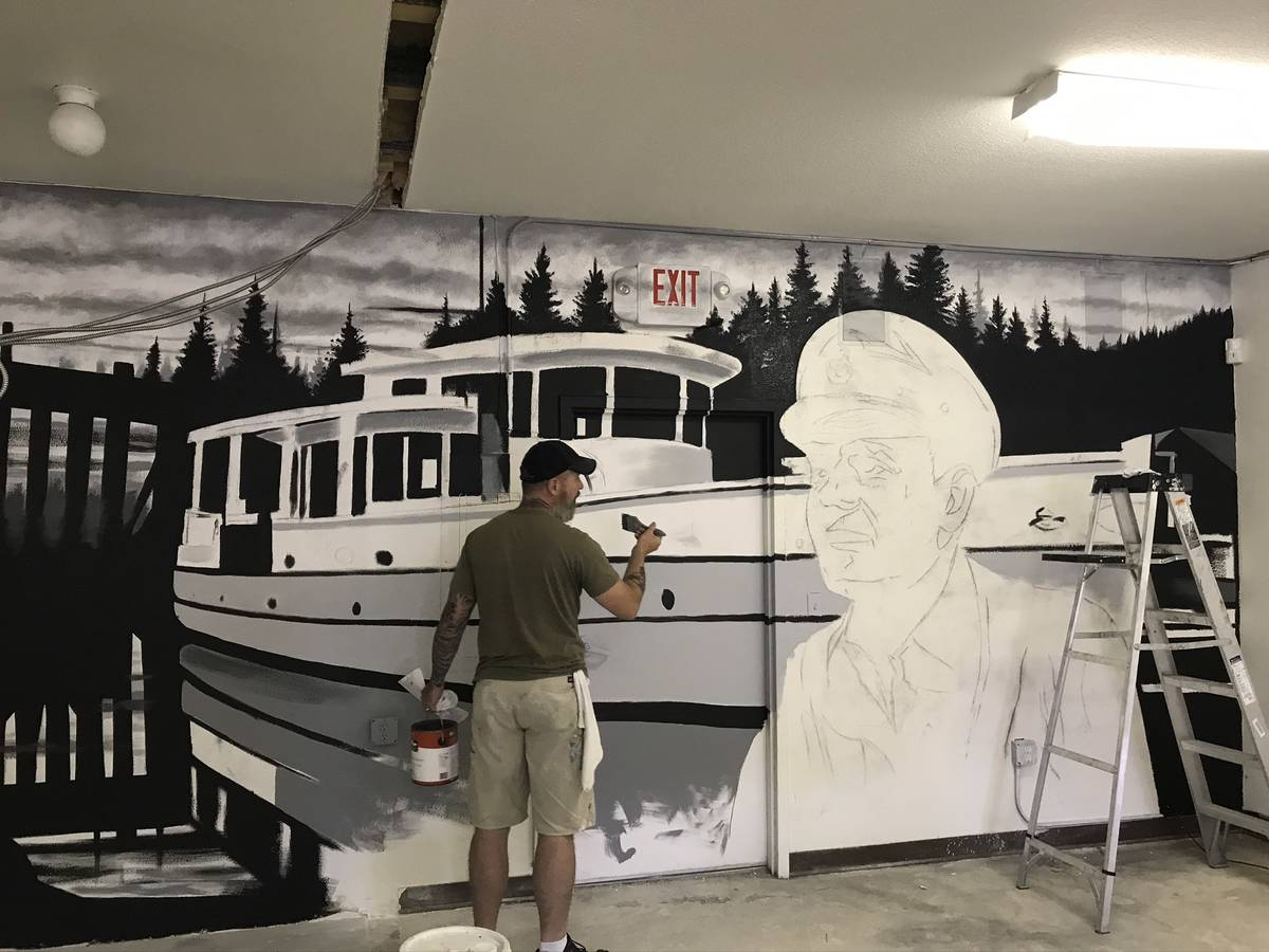 Jeffrey Meehan/Pahrump Valley Times Jerry Ragg, owner and artist at Mural Decor, paints the Nor ...