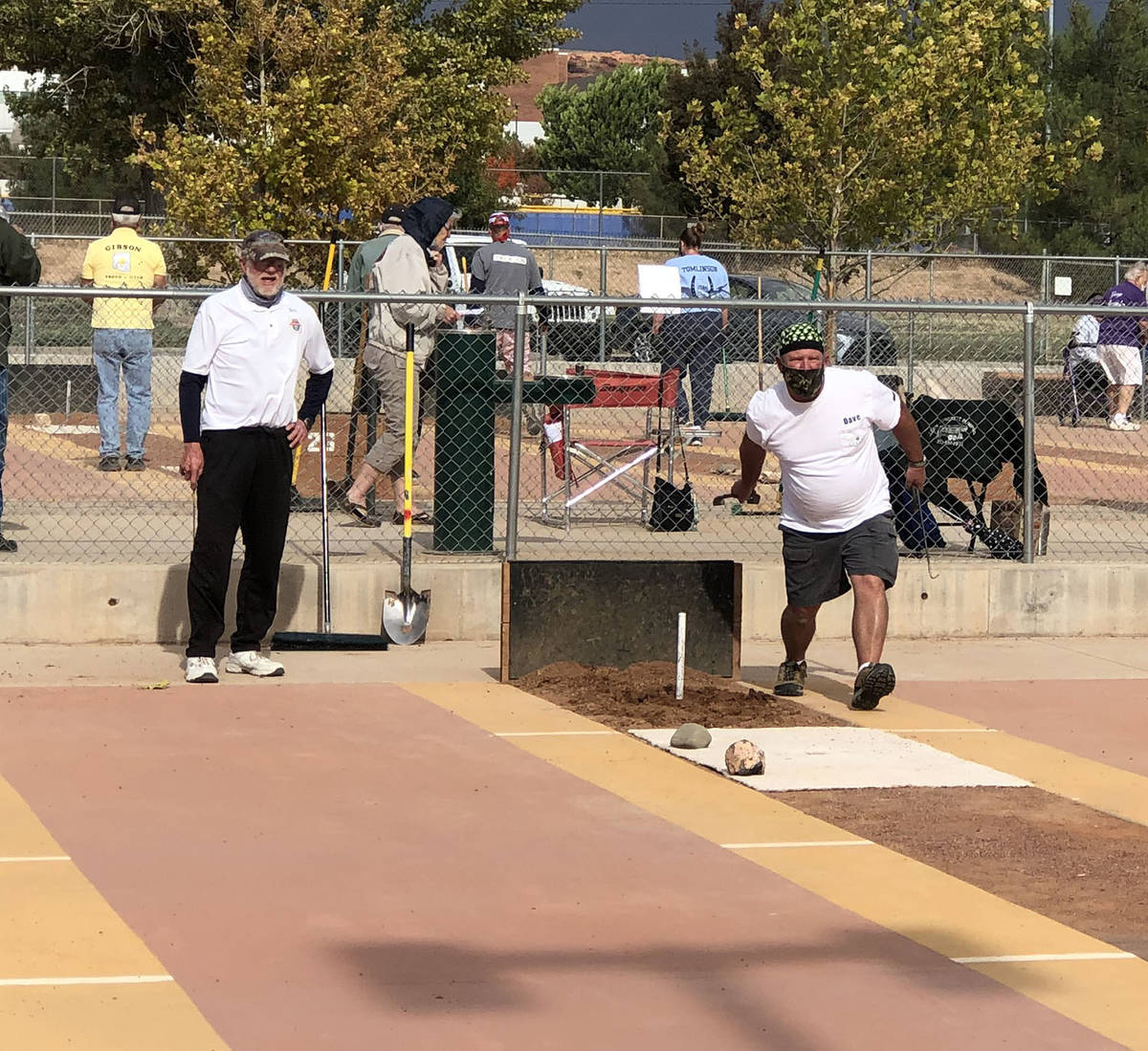 Tom Rysinski/Pahrump Valley Times Dave Barefield pitches a horseshoe during his game against Do ...