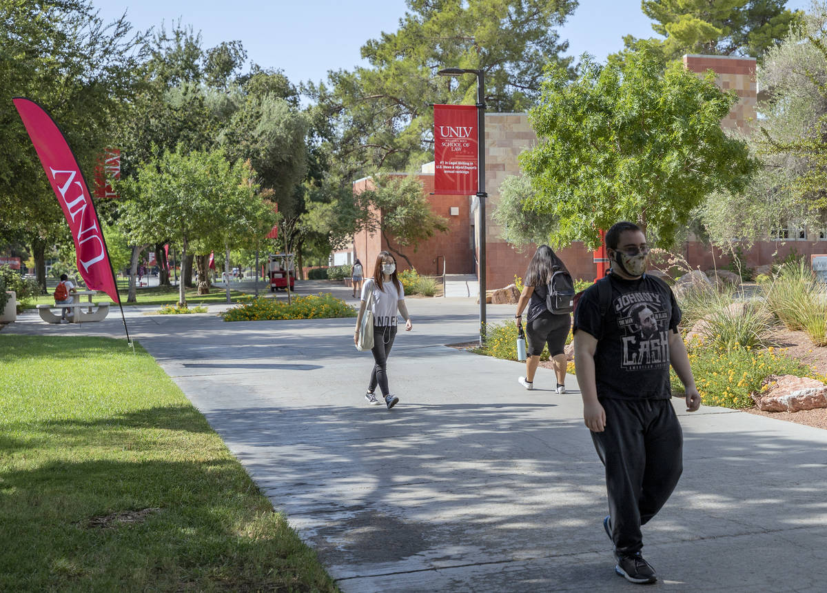 Elizabeth Brumley/Las Vegas Review-Journal Students walking around campus at UNLV, in Las Vegas ...
