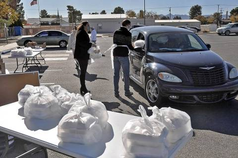 Horace Langford Jr./Pahrump Valley Times Pahrump Holiday Task Force Thanksgiving dinner volunte ...