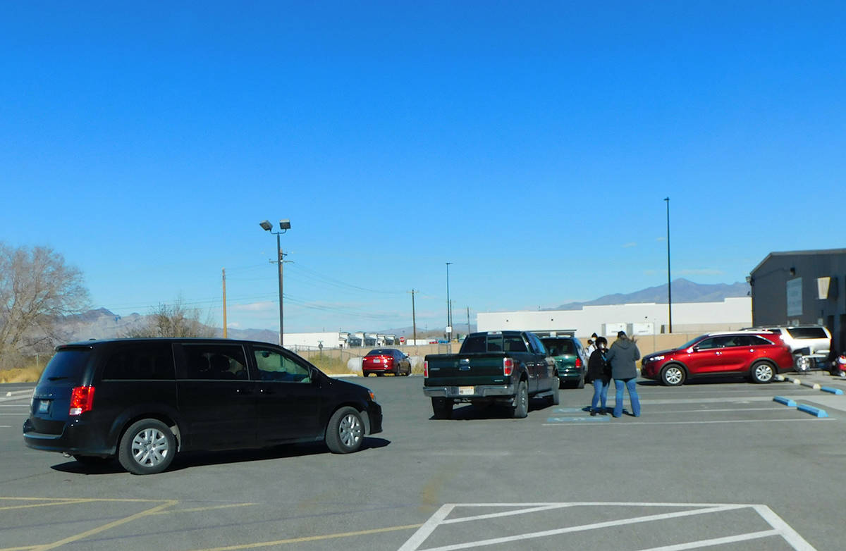 Robin Hebrock/Pahrump Valley Times A line of vehicles is shown at the flu shot clinic hosted by ...