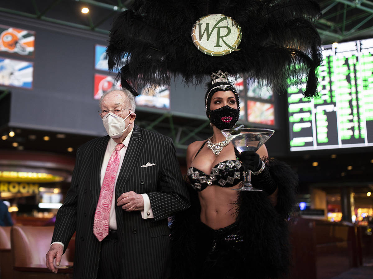 Benjamin Hager/Special to the Pahrump Valley Times Former Las Vegas Mayor Oscar Goodman, left, ...