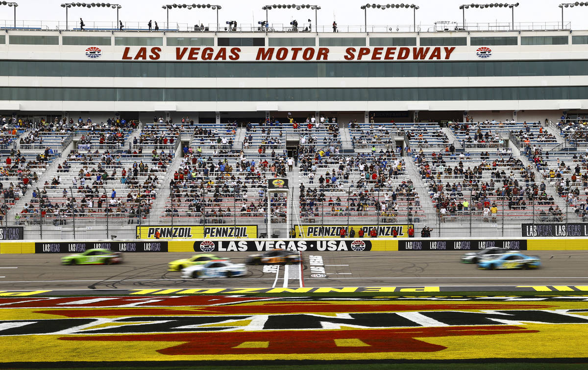 Chase Stevens/Las Vegas Review-Journal Drivers pass the start/finish line during a NASCAR Cup S ...