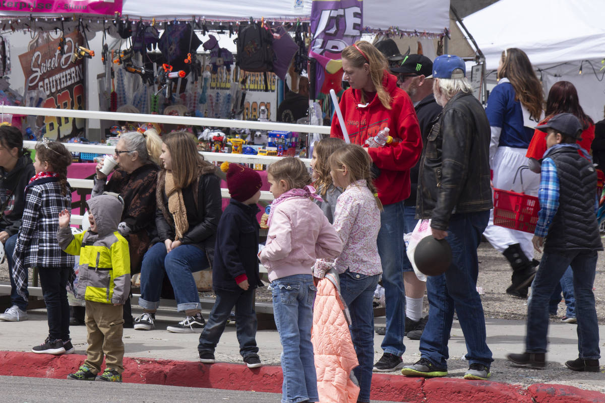 Jeffrey Meehan/Times-Bonanza & Goldfield News Children lined the streets during the parade at t ...